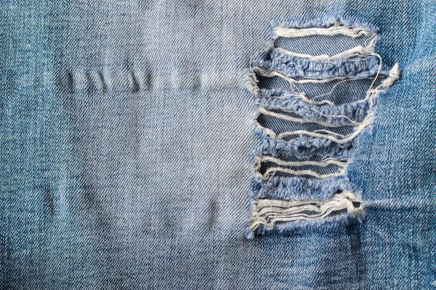 Große löcher auf old torned jeans backgroung Premium Fotos