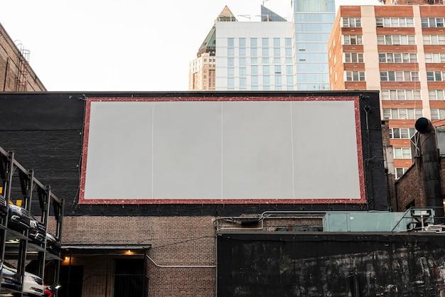 Große modellanschlagtafel auf einem gebäude Kostenlose Fotos