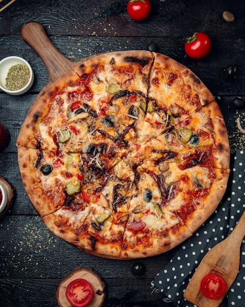 Große pizza mit fleisch Kostenlose Fotos