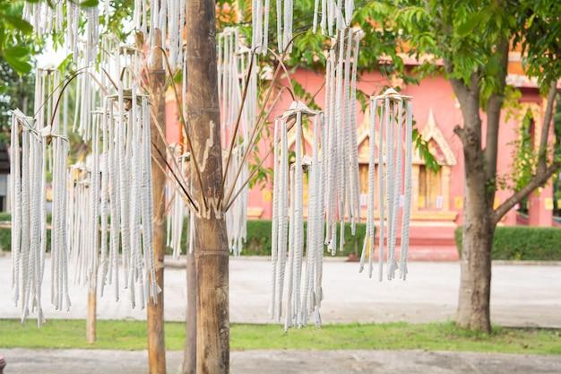 Große räucherstäbchen, handwerk für dorfbewohner und bambus in tempeln und traditionen. Premium Fotos