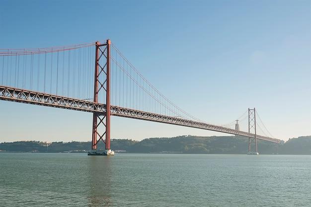 Große rote metallbrücke in lissabon Premium Fotos