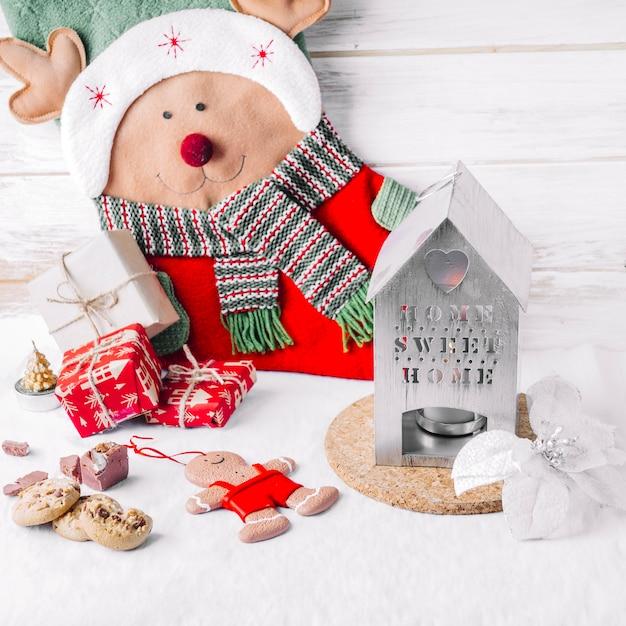 Große rotwild mit geschenkboxen auf tabelle Kostenlose Fotos
