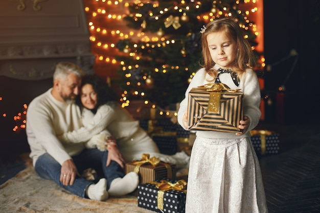 Großeltern sitzen mit ihrer enkelin. weihnachten feiern in einem gemütlichen haus. Kostenlose Fotos