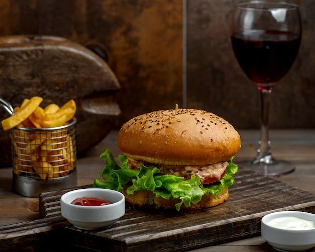 Großer burger mit weichem brötchen und pommes-frites Kostenlose Fotos