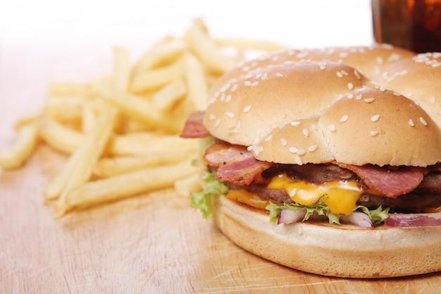 Großer burger und pommes Kostenlose Fotos