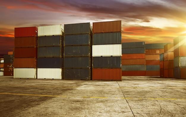 Großer container im hafen Premium Fotos