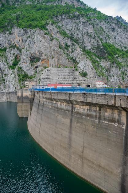 Großer damm mratine im norden montenegros. Premium Fotos