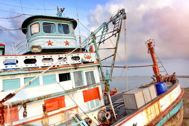 Großer holzfischerbootshalt am hafen. Premium Fotos