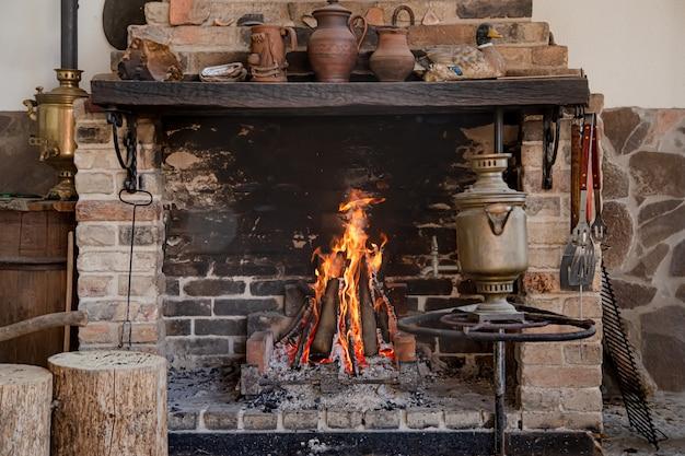 Großer kamin mit brennendem feuer und dekorationsgegenständen Kostenlose Fotos
