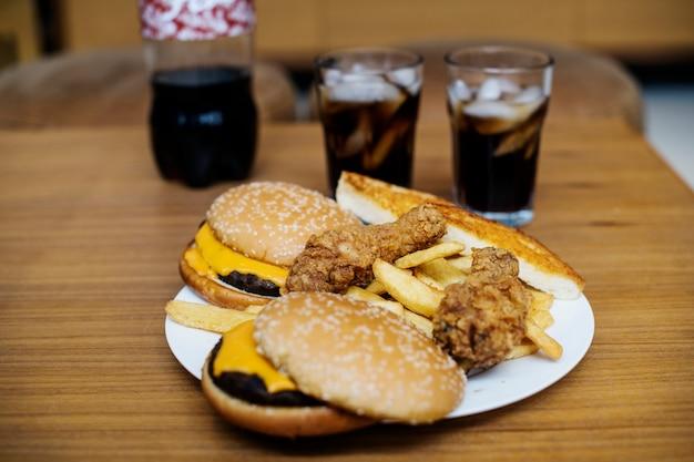 Großer teller mit junk-food Kostenlose Fotos
