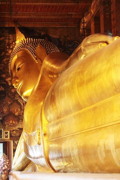 Großes goldenes stützendes buddha-bild an wat pho-tempel, thailand. Premium Fotos