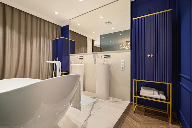 Großes luxuriöses elegantes klassisches badezimmer kombiniert mit schlafzimmer Premium Fotos