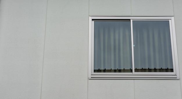 Großes modernes luxusfenster des hotels, neuer glasscheibenrahmen für zimmer installieren Premium Fotos