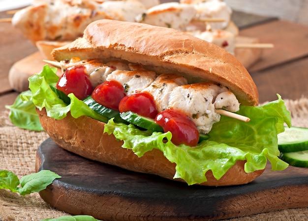 Großes sandwich mit hühnchen-kebab und salat Kostenlose Fotos