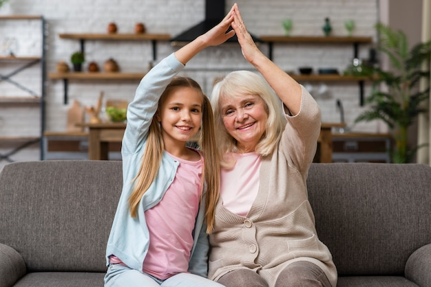 Großmutter und enkelin, die herumalbern Kostenlose Fotos