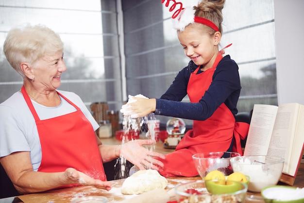 Großmutter und enkelin genießen es, gemeinsam kekse zu machen Kostenlose Fotos