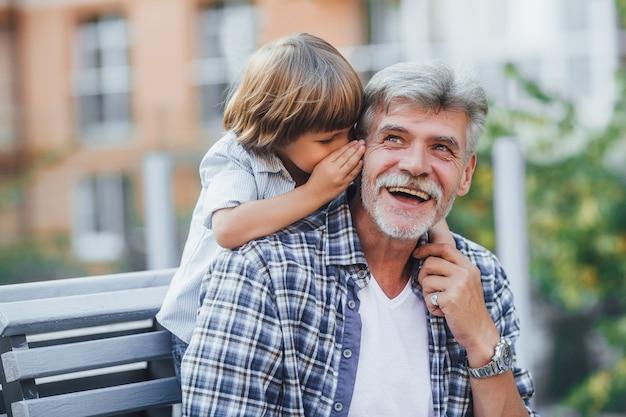 Großvater mit einem enkel auf einem spaziergang Premium Fotos