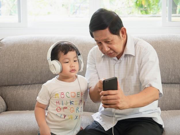 Großvater unterrichten gebrauchstelefon Premium Fotos