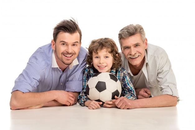 Großvater, vater und sohn, die auf weiß liegen Premium Fotos