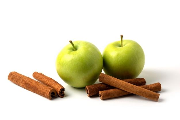 Grüne äpfel und zimt auf weiß isoliert Kostenlose Fotos