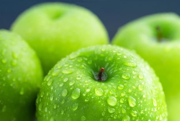Grüne apfelzusammensetzung mit wassertropfen Premium Fotos