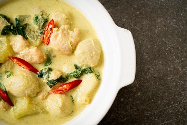 Grüne currysuppe mit gehacktem schweinefleisch und fleischbällchen Premium Fotos