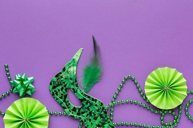 Grüne dekoration und masken von oben Premium Fotos