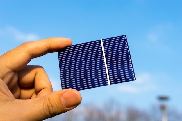 Grüne energie, photovoltaik-solarzelle mit der hand Premium Fotos