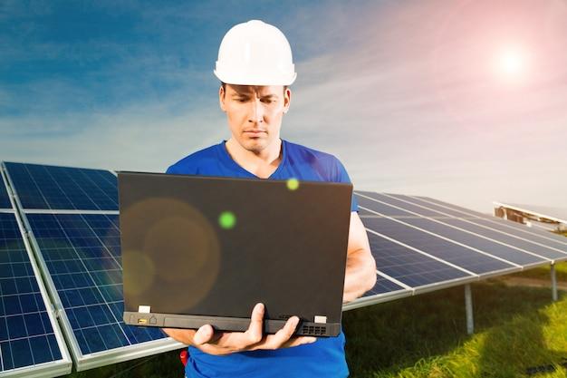 Grüne energie - sonnenkollektoren mit blauem himmel Premium Fotos