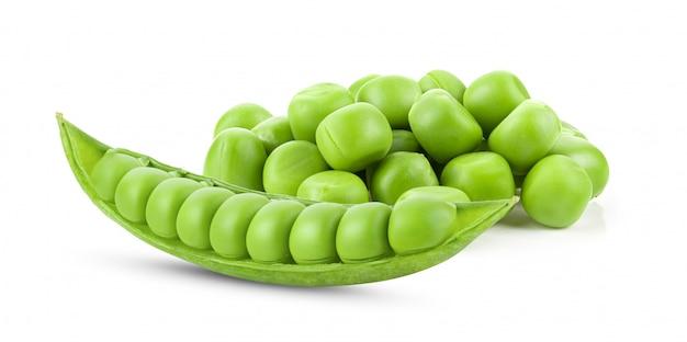 Grüne erbsen isoliert auf weiß Premium Fotos