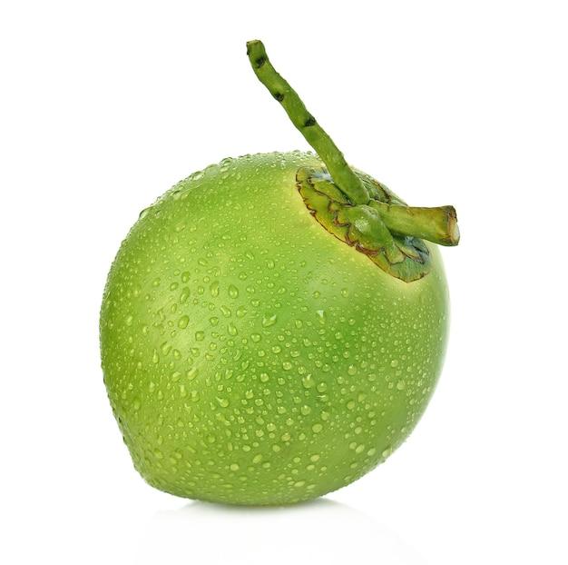 Grüne kokosnuss des wassertropfens lokalisiert auf weißem hintergrund Premium Fotos