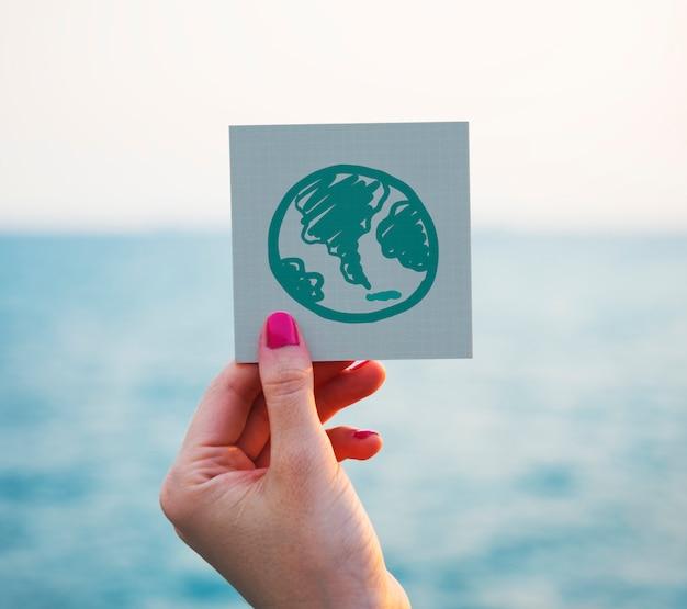 Grüne kugelzeichnung auf einem notizpapier Premium Fotos
