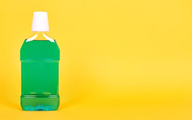 Grüne mundwasserflasche, zahngesundheitspflege. isoliert Premium Fotos