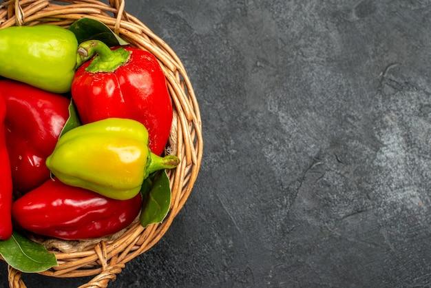 Grüne paprika der halben draufsicht in einem korb Kostenlose Fotos