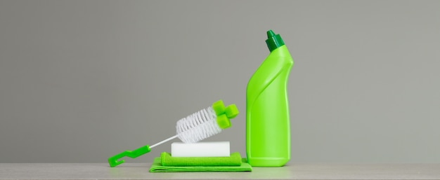 Grüne reihe von reinigungsmitteln und werkzeugen für den frühjahrsputz. Premium Fotos