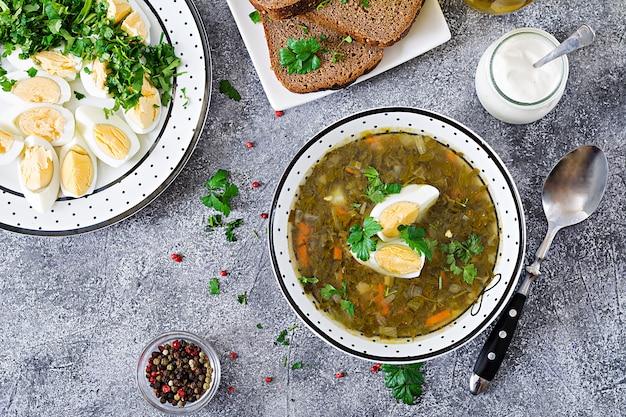 Grüne sauerampfersuppe mit eiern. sommermenü. gesundes essen. flach liegen. ansicht von oben Kostenlose Fotos