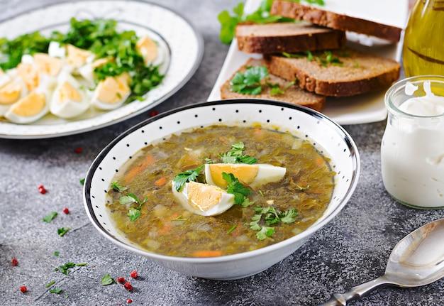 Grüne sauerampfersuppe mit eiern. sommermenü. gesundes essen. Kostenlose Fotos