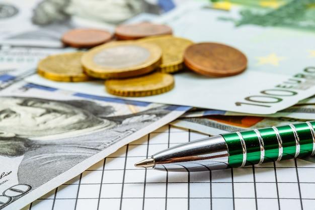 Grüne stiftlüge auf karierter oberfläche auf von banknoten Premium Fotos