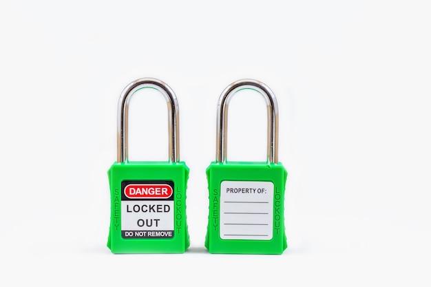 Grüne tastensperre und tag für prozessabschaltung elektrisch, die umschalt-tag-nummer für elektrische abmeldung auf leerzeichen Premium Fotos