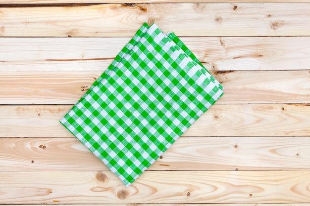 Grüne tischdecke auf holztisch, draufsicht Premium Fotos