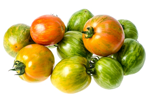 Grüne und reife tomaten mit gestreifter hautfarbe. Premium Fotos