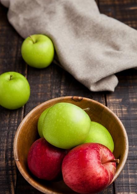 Grüne und rote bio-äpfel in der schüssel Premium Fotos