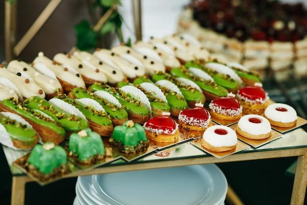 Grüne und rote bonbons serviert auf schachtel Kostenlose Fotos