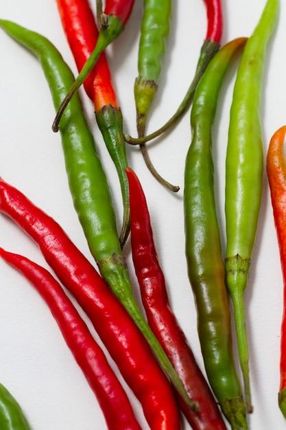 Grüne und rote paprikapfeffer der nahaufnahme Kostenlose Fotos