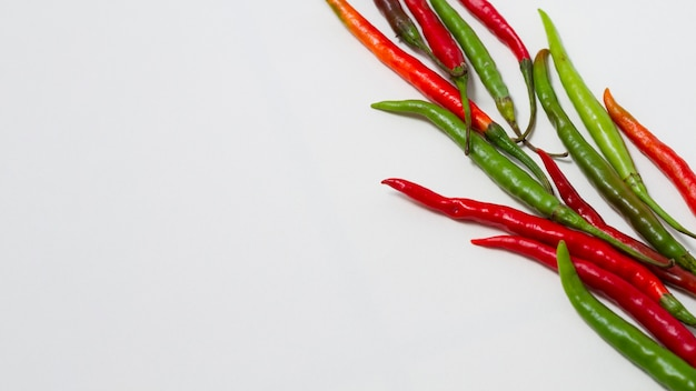 Grüne und rote paprikaschoten mit kopieraum Kostenlose Fotos