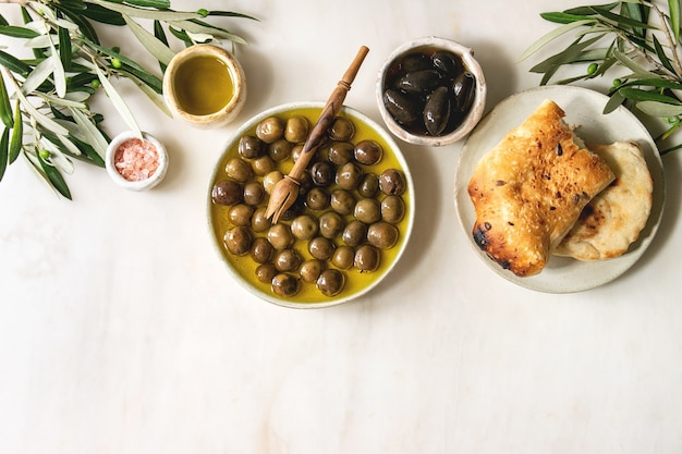 Grüne und schwarze oliven Premium Fotos