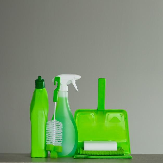 Grüne waschmittelflasche für toilette, sprühflasche, bürste, schwamm, schaufel und staub. reinigungswerkzeuge. Premium Fotos
