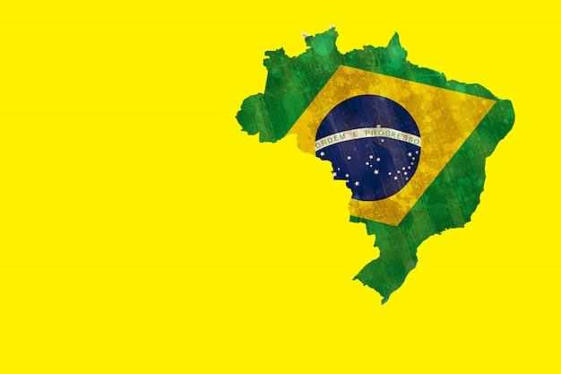 Grüner brasilien-entwurf mit flagge auf gelb Premium Fotos