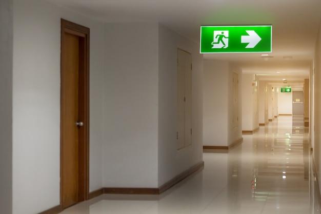 Grüner fluchtweg unterzeichnen herein das hotel, das die weise zeigt, zu entkommen Premium Fotos