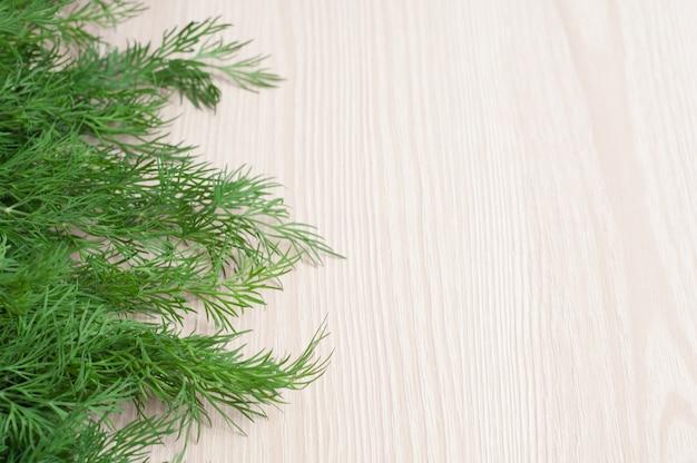Grüner frischer dill auf einem hölzernen hintergrund Premium Fotos